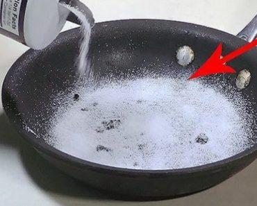 Han täcker stekpannan med salt. Varför? Att jag inte visste det här förrän nu!