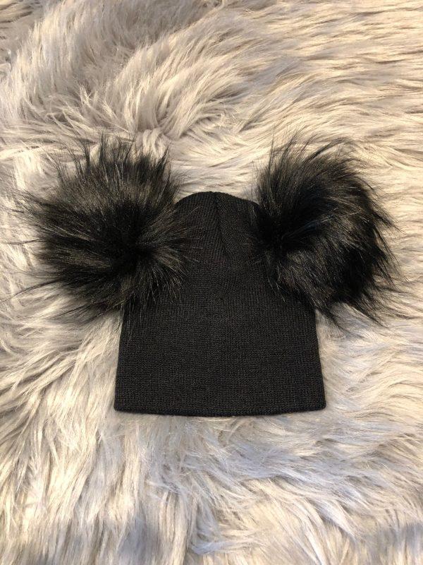Svart beanie-mössa med svarta pälstofsar