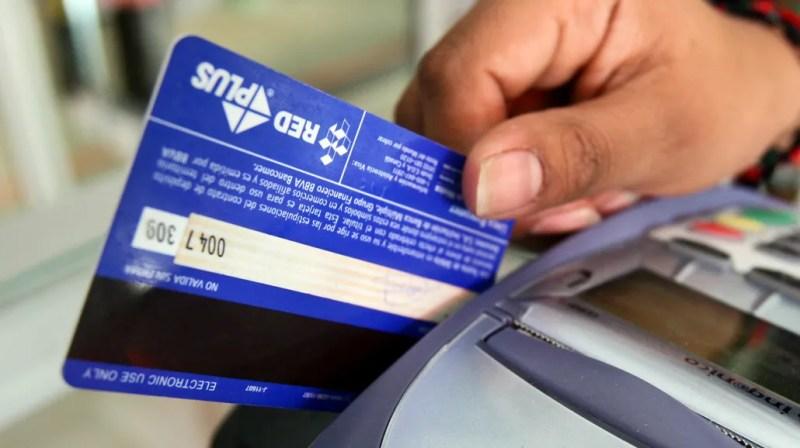 Ahora deberán aceptar tarjetas de debito