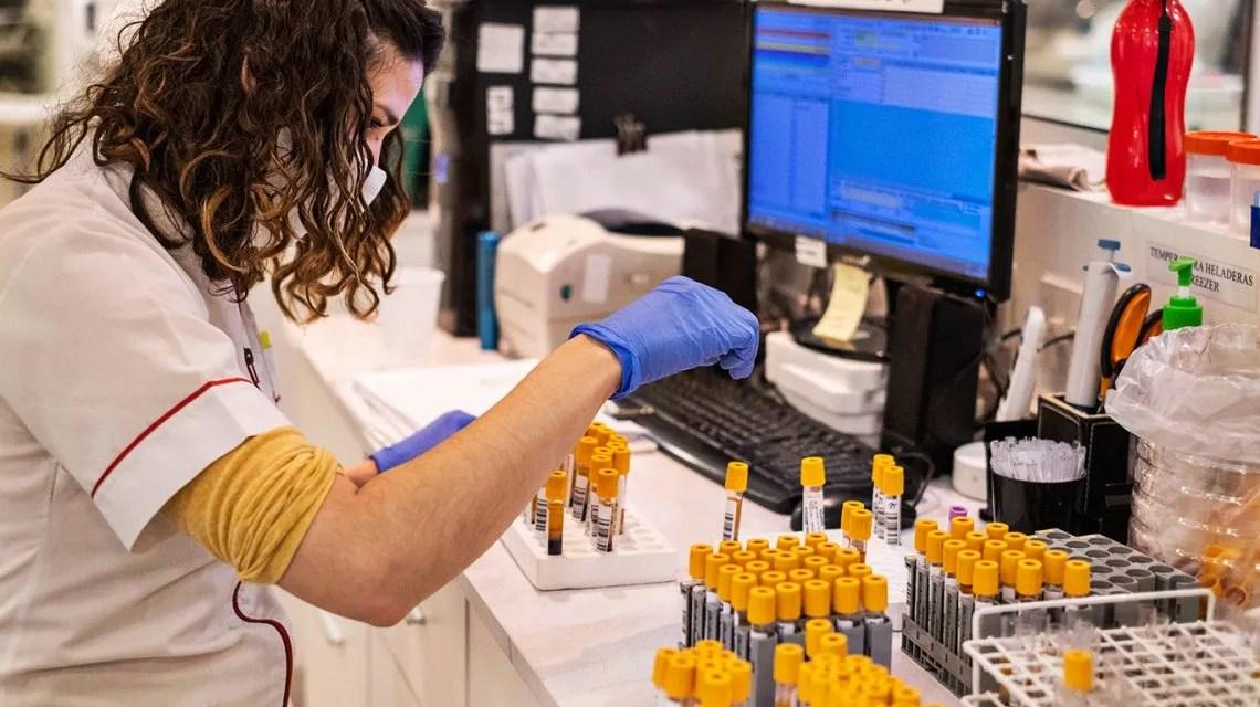 Infectarán con coronavirus a voluntarios para acelerar la llegada de la vacuna