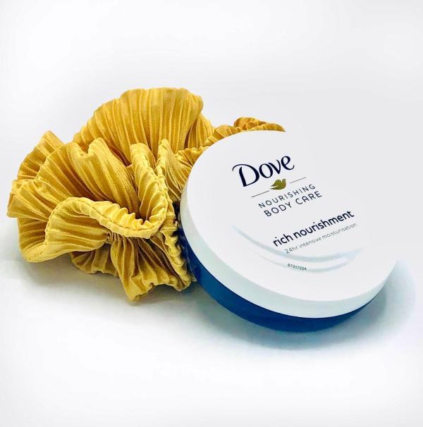 Presentpåse - Scrunchie och Dove bodycream