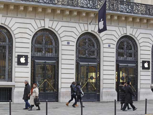 Thieves break into Paris  flagship Apple store Parisians and tourists wander in front of the Apple store located near the  Paris Opera