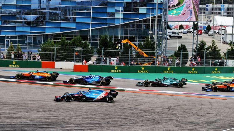 """Fernando Alonso crede che la reazione al suo primo giro nella via di fuga a Sochi dimostri che ci sono """"regole diverse per piloti diversi"""".."""