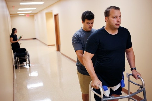 Rob Summers conduz treinamento em locomotiva no Instituto Frazier Rehab