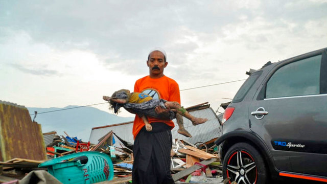 Αποτέλεσμα εικόνας για Indonesia tsunami and quake devastate coast; deaths top 380