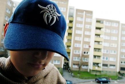 Kind vor Plattenbausiedlung (Foto)