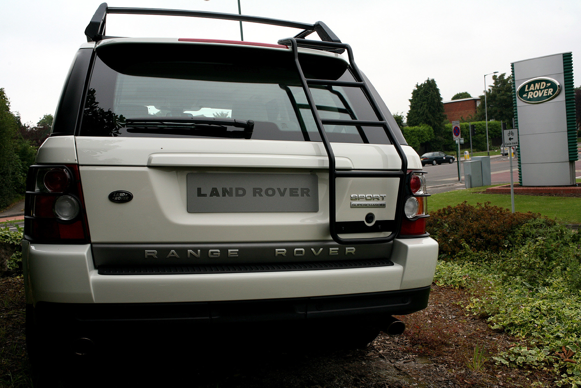 Ponzi scheme plotters splurged on Range Rover travel and $4 000