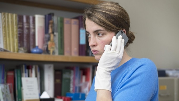 Adèle Haenel as Jenny, a doctor who discovers that an unidentified woman has been found near her practice.