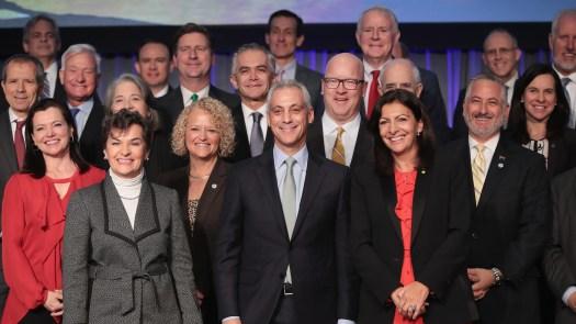 """Le maire de Chicago Rahm Emanuel, au centre, avec d'autres maires des Etats-Unis, du Mexique et du Canada, déclare: # 39; est une absence de leadership à Washington """"sur le changement climatique."""