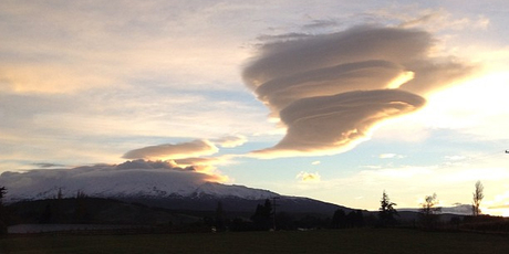 A cloud hangs above the mountain this morning. Photo / Twitter / @richardshype