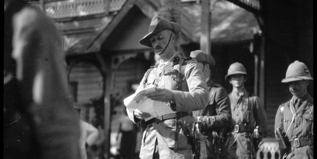 Lieutenant-Colonel Robert Logan reads out the proclamation at the courthouse. Photo / Alexander Turnbull Library