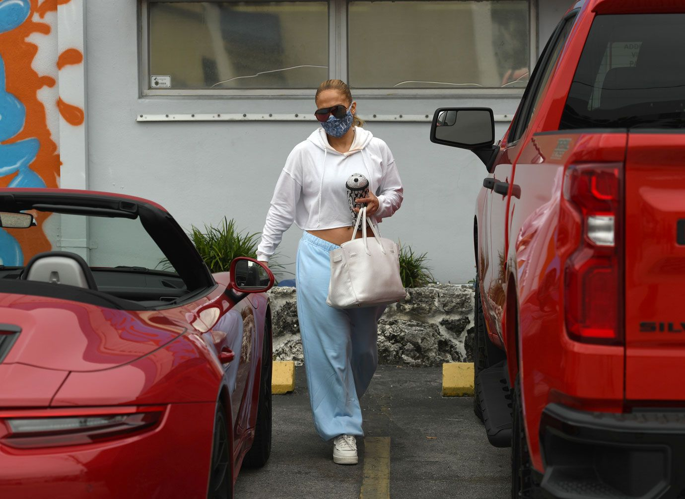 jennifer-lopez-leaves-gym-lunch-with-friends-02-1610554062250.jpg