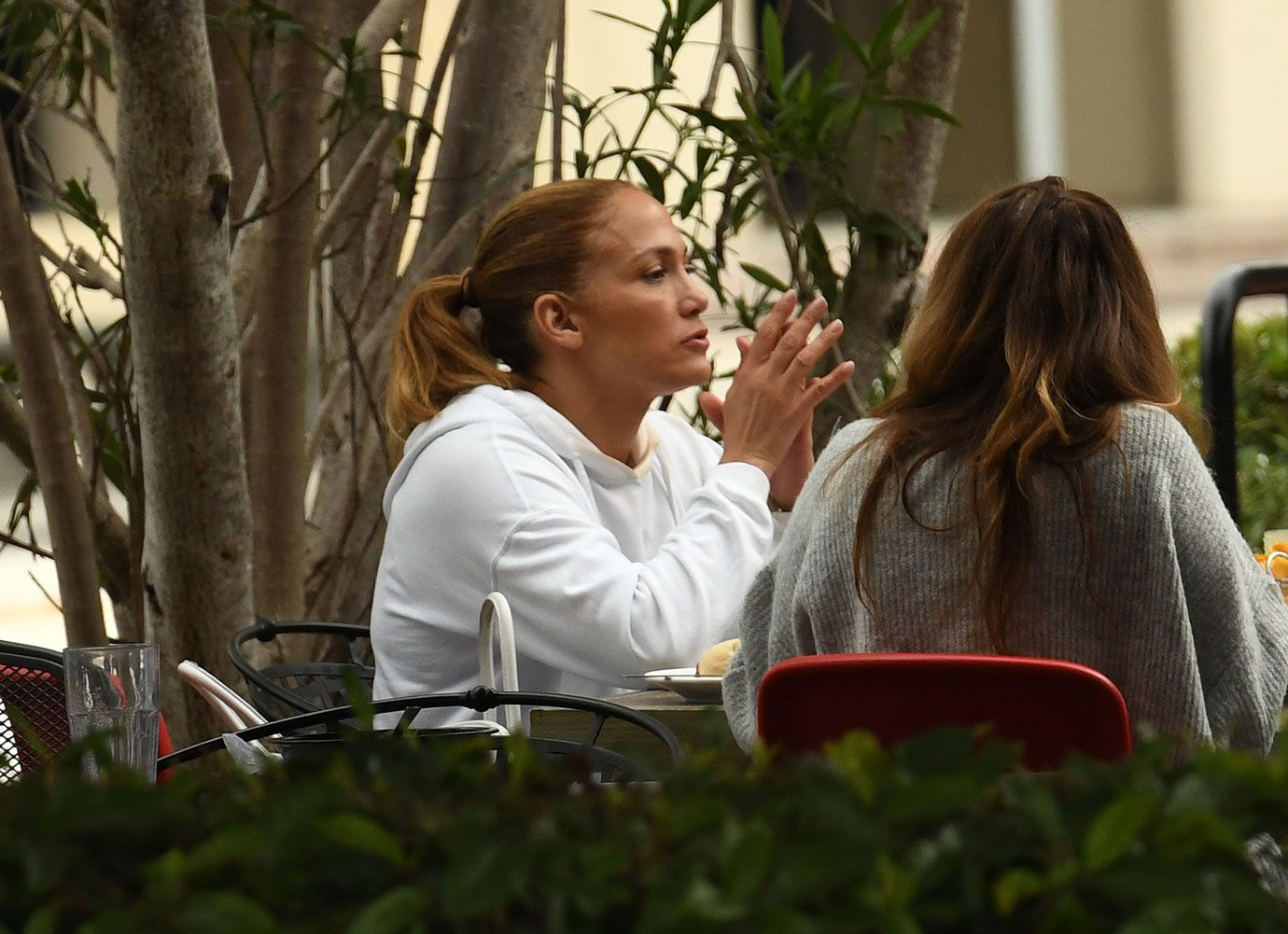 jennifer-lopez-leaves-gym-lunch-with-friends-06-1610554295726.jpg