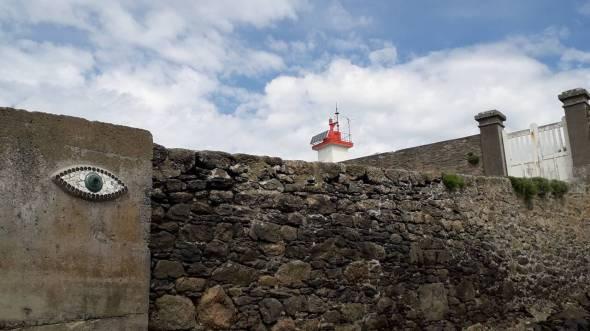 Reconnaissable entre mille, la pointe rouge du petit phare de l'île Wrac'het au premier plan, sur le haut de la cale, l'œil de Pierre Chanteau.