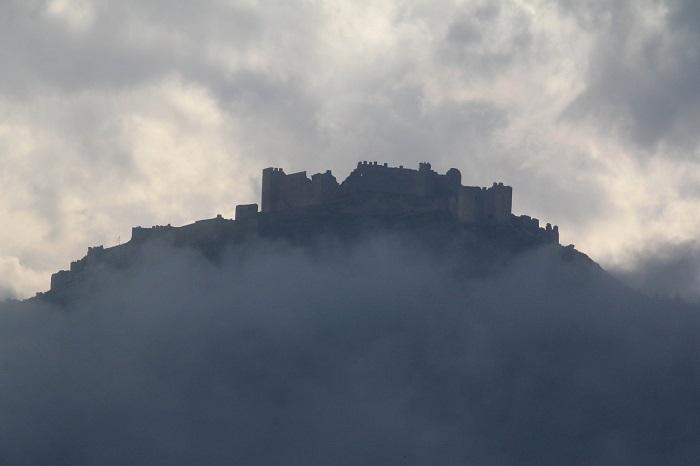 """Μαγικές φωτογραφίες: η ομίχλη """"φιλάει"""" το κάστρο του Άργους"""