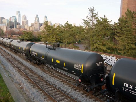 An oil train passes through Philadelphia on April 15, 2015. (Jon Snyder/Daily News)