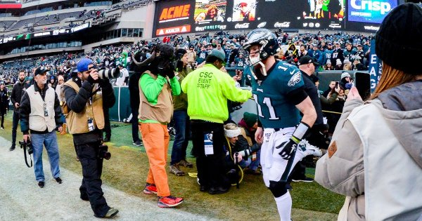 Carson Wentz leaves Eagles wild-card game vs. Seahawks with head injury