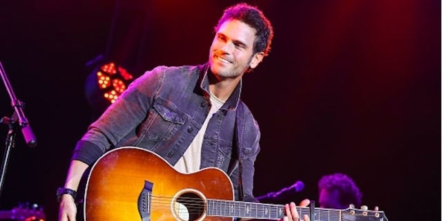 Jason Aldeans Sister Kasi Williams Engaged To Singer Chuck Wicks