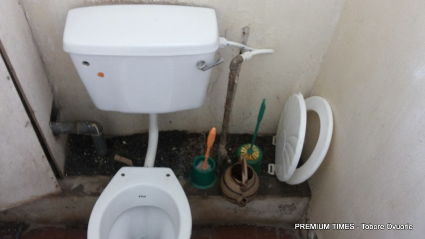 A toilet used to illustrate the story