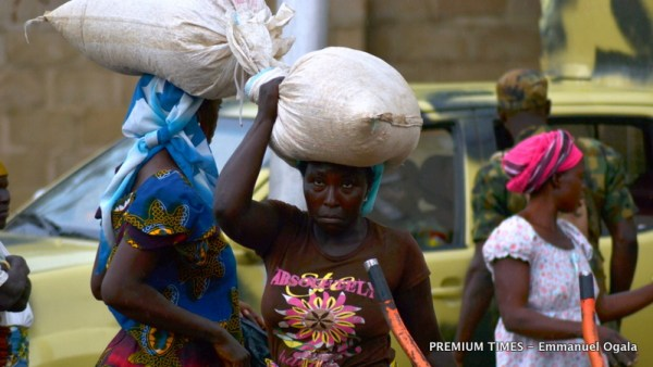 A victims carrying her food aid on her head.