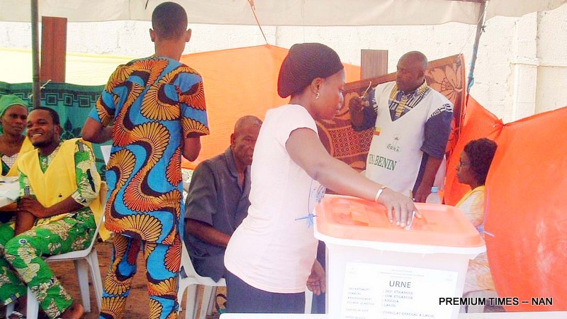 A BENINOISE, MRS KOUNAKPO BENJAMIN CASTING HER VOTE DURING THE 2016 REPUBLIC OF BENIN'S PRESIDENTIAL ELECTION AT THE COUNTRY'S  EMBASSY IN LAGOS ON SUNDAY (6/3/16). 2089/6/3/2016/WAS/HB/BJO/NAN