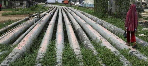 Oil pipelines used to illustrate the story.