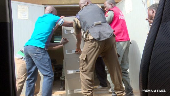EFCC operatives evacuating the safe, the house where the cash was hidden and the money