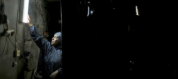 A Palestinian woman hangs a torch inside her house during power cuts at Shatti (beach) refugee camp in Gaza City September 15, 2015. Power has been provided to different areas in the impoverished coastal territory in six-hour shifts as Gaza's lone power plant shut its generators on Saturday due to a fuel shortage, energy officials said. Electricity is also supplied to the Gaza grid through power lines from Israel and Egypt. Gaza's plant provides electricity to two-thirds of its population. REUTERS/Mohammed Salem - RTS18OO
