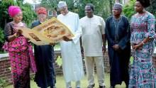 Buhari strikes a pose with Lai Mohammed, Femi Adeshina, Garba Shehu, Abike Dabiri in new photo