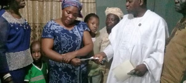 Representative of Lagos State Governor & Special Adviser on Community & Communications, Mr. Kehinde Bamigbetan (2nd right); presenting a cheque of N5milion to the widow, Mrs. Omodunni Omoregbe and children of late Osaze Omorogbe who was killed by kidnappers for foiling their operation, at their Ikorodu residence, Lagos. With them are the Senior Special Assistant to the Governor on Community Affairs, Alhaji Tajudeen Quadri (right) and relatives.