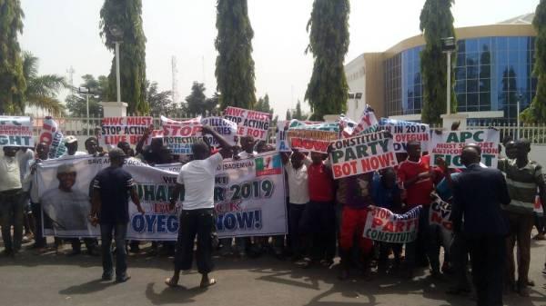 Protesters at APC secretariat demand chairman Odigie-Oyegun's removal