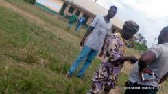 Sharing of N2,000 each to voters by party agents believed to be working for PDP at CPS Odekpe, ward 5, Ogbaru LGA.