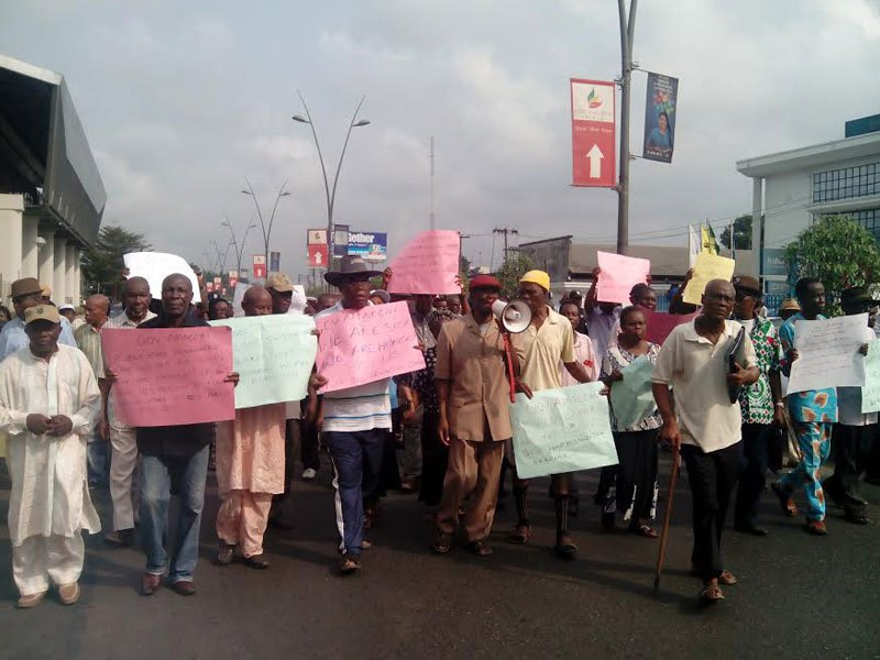 Pensioners in Abia on Thursday staged a protest round the major streets of Umuahia, the state capital, calling on Governor Okezie Ikpeazu to pay their 18 years' pension arrears. [Photo credit: Radio Nigeria Enugu]