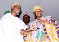 Oluwo of Iwo, Oba Akanbi receiving his award