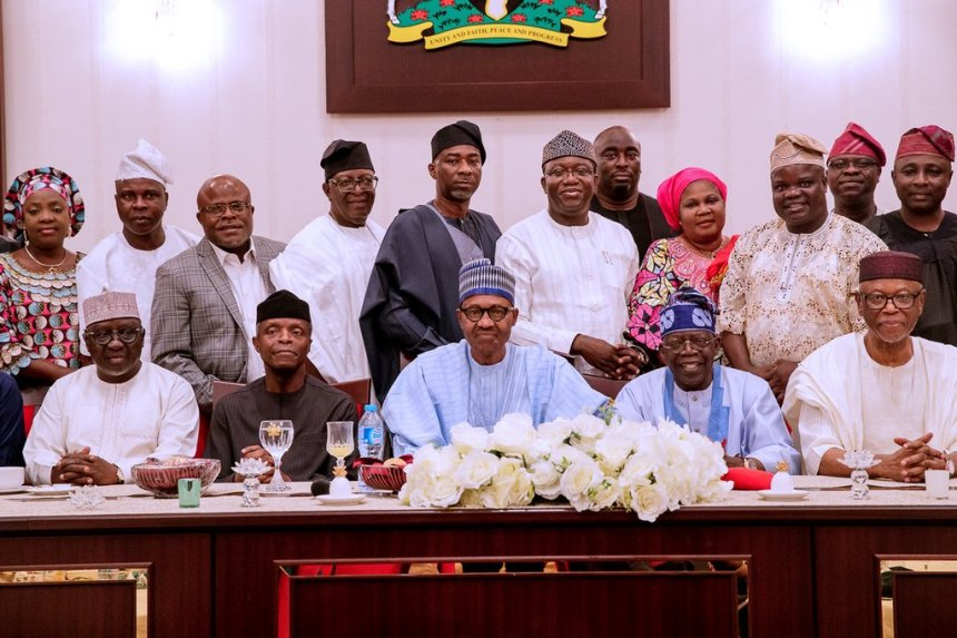 President Muhammadu Buhari in a group photo with candidate and all aspirants of the APC in the July 2018 Ekiti State Governorship Elections, after Mr. President's dinner meeting with APC's South West leaders.