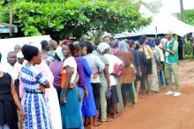 Voters queuing to cast their votes at ward 102, Adereti, Olode village, during the Osun State Governorship Re-run Election on Thursday (27/9/18). 05168/27/9/18/Timothy Adeogodiran/ICE/NAN