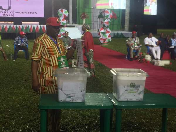 Nyesom Wike displaying his vote for Tambuwal