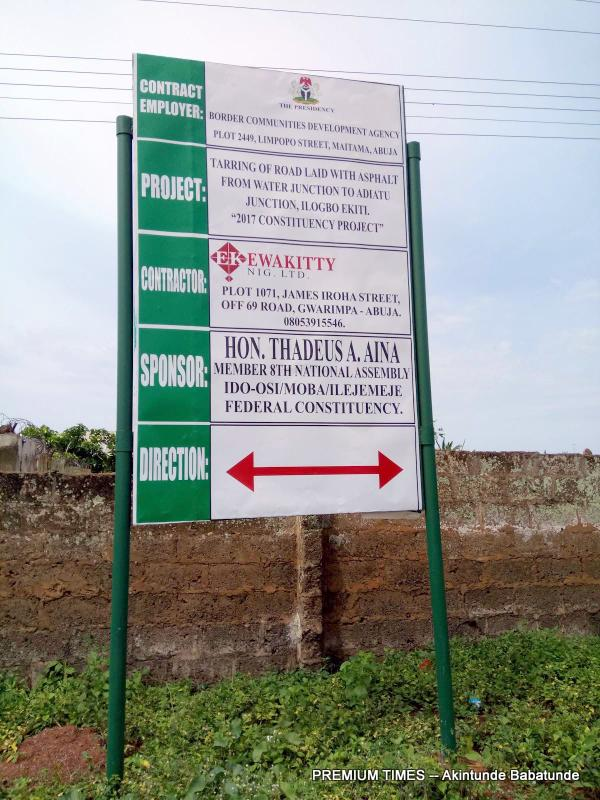 A signpost to signify construction on a road