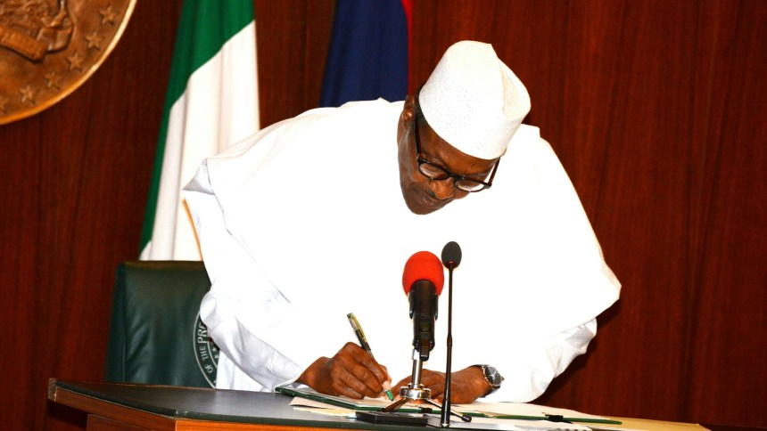 President Muhammadu Buhari signing the Executive Order No.007 of 2019 on the Road Infrastructure Development and Refurbishment Investment Tax Credit Scheme at at the Presidential Villa in Abuja on Friday (25/1/2019) 00867/25/01/2019/Callistus Ewelike/NAN