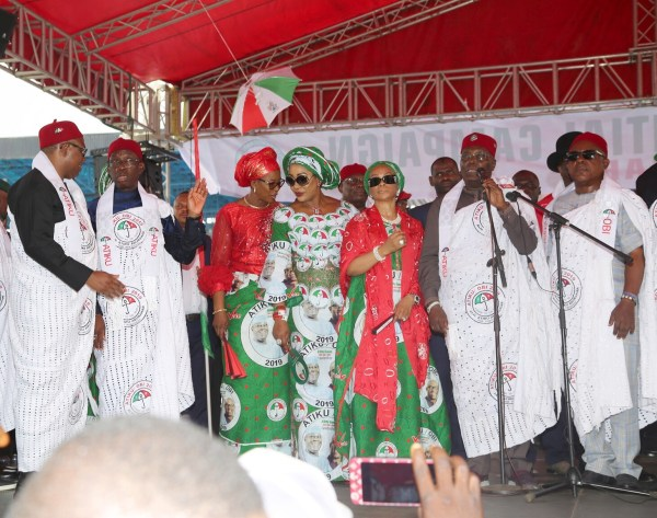 Pix 2. PDP Presidential Candidate, Atiku Abubaka (2nd right); his wife, Jennifer Atiku (3rd right); PDP Vice Presidential Candidate, Peter Obi (left); Mrs. Margeret Obi (middle); PDP National Chairman, Prince Uche Secondus (right); Delta State Governor, Senator Ifeaniy Okowa (2nd left) and his wife, Dame Edith Okowa, during PDP National Presidential Campaign in Asaba, Delta State. PIX JIBUNOR SAMUEL.