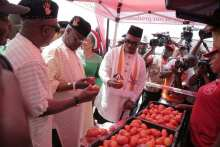 PDP presidential candidate Mr Atiku Abubakar inspecting tomatoes harvested in Akwa Ibom while in Uyo to campaign