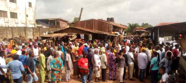 9:49am, Edo State - Voting is also yet to begin at RA 03, Ogida/USE, PU 004, Ogida Motor park, Ogida IV, the electoral officers came late to the polling unit, there's a sort of little rancor as voters have created a queue in readiness to cast their votes but the electoral officers are still setting up.