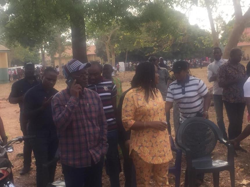 9:31: Governor samuel Ortom arrives PU003, Nzoro Ward 08, Gbajimba, Guma local government of Benue State, in company of his wife. Voting has commenced
