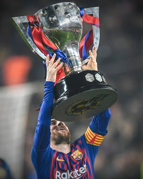 Lionel Messi lifts the trophy [Photo: @FCBarcelona]