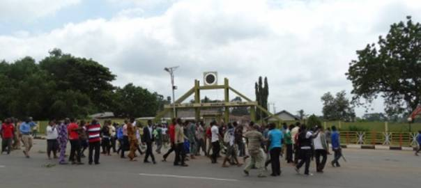 A protest at the main gate of the Federal College of Agriculture, Akure [Photo: Sahara Reporters]