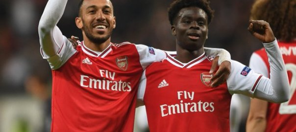 Saka celebrates with teammates [PHOTO CREDIT: Arsenal.com]