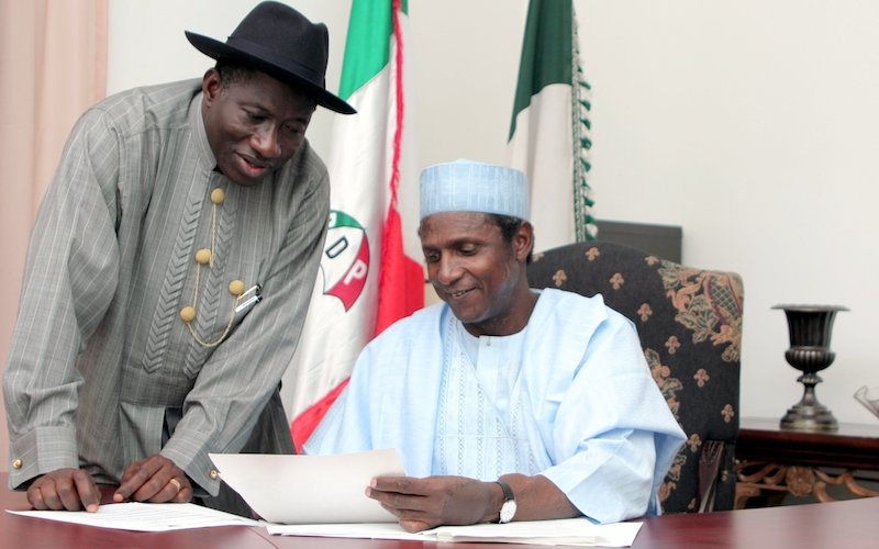 Musa Yar'Adua signing a document alongside Goodluck Jonathan. [PHOTO CREDIT: THISDAYLIVE]