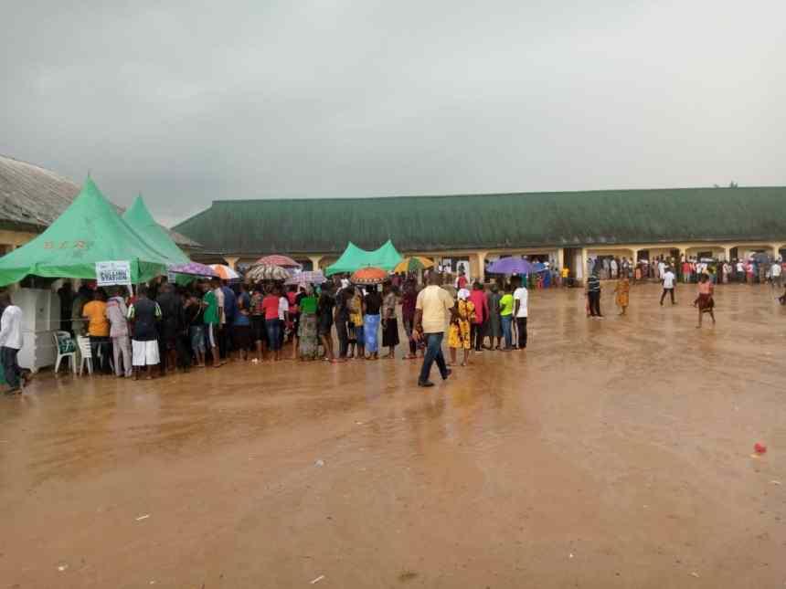 12:31pm at PU3, Ward 6, Epiiepe III, Yenegoa, Bayelsa Voters casting their votes in the rain.
