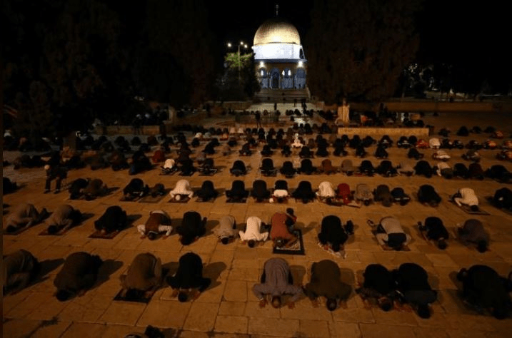 Worshippers pray in front of the Dome of the Rock in the compound known to Muslims as Noble Sanctuary and to Jews as Temple Mount in Jerusalem's Old City, after it was reopened following a two-and-a-half-month coronavirus closure May 31, 2020 (Reuters photo)