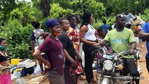 Stranded pedestrians at Nkalagu the boundary between Enugu and Ebonyi. Some pedestrian are seen walking into the bust to evade the security agents at a checkpoint ahead.